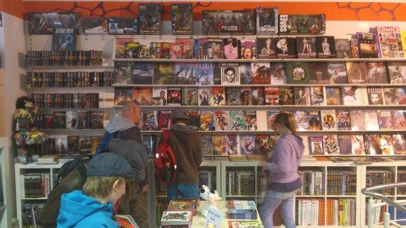 Im Vordergrund, der Tisch mit den Gratis Comics. Im Hintergrund eine reichhaltige Auswahl an Comics.