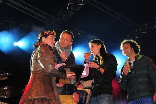 Anni übereicht Christina Stürmer ein Blech Zwiebelkuchen (© 2013 Thüringen Allgemeine)