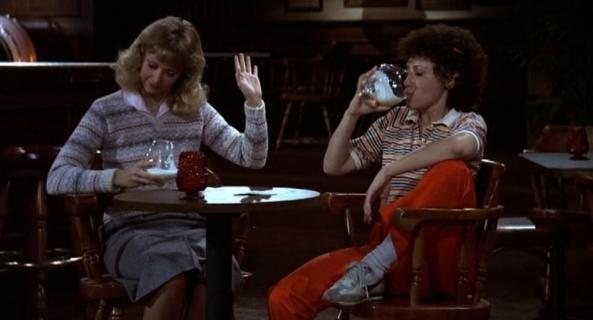 Ein Gespräch zwischen zwei gesitteten Damen, inklusive ein bisschen Alkohol.