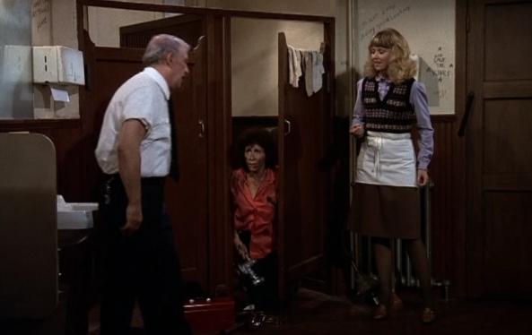 Während Carla die Herrentoilette repariert wird auch gleich Coaches Liebesleben geklärt.