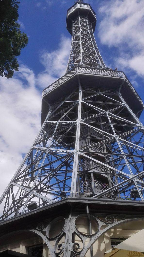 Der Eiffelturm steht in Prag.