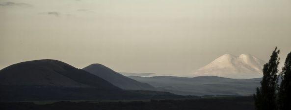 Die Gipfel des Elbrus sind zu erkennen.