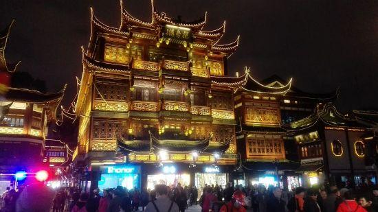 Ein beleuchtetes Viertel in Shanghai