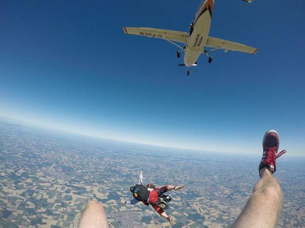 Aus dem Flugzeug springen ;)