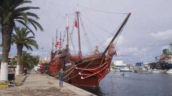 Ein Piratenschiff am Hafen