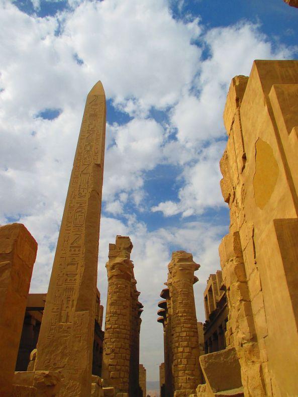 Der Obelisk bewacht die Säulenhalle in Karnak