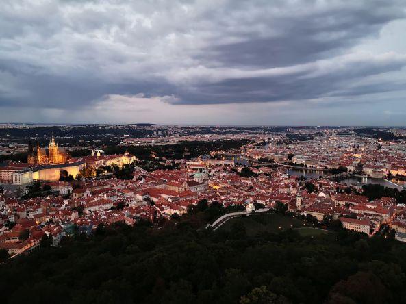 Prag am Abend mit Aussicht vom 63 Meter hohen Eifelturm.